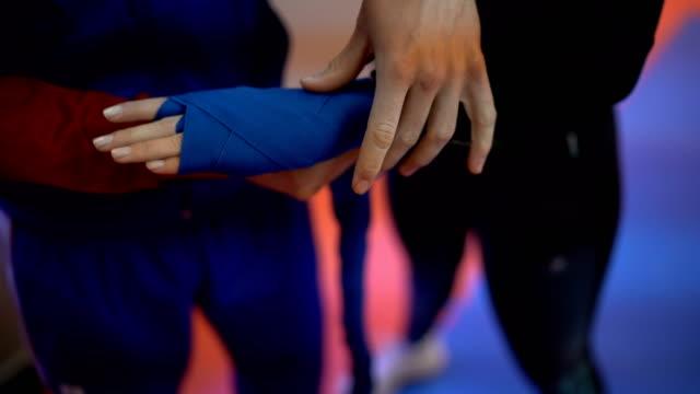vídeos de stock, filmes e b-roll de preparação para o treinamento de boxe - posição de combate