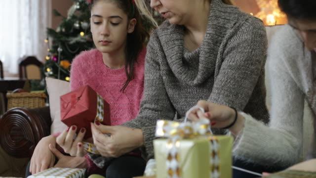 vídeos de stock e filmes b-roll de preparation for christmas - tecnologia assistiva
