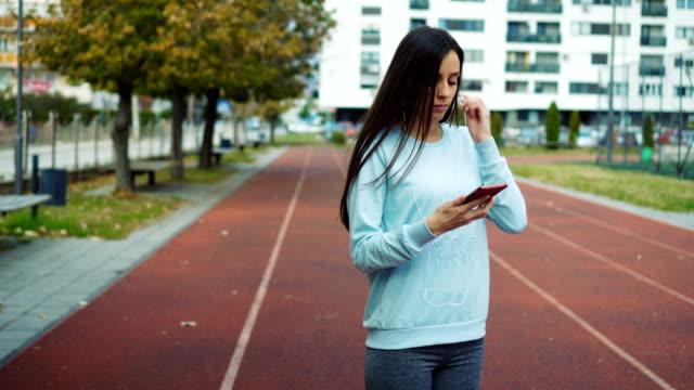 stockvideo's en b-roll-footage met voorbereiding om te joggen - in ear koptelefoon