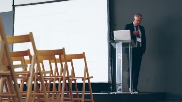 vorbereitung ist der schlüssel zu einer ko-präsentation - speech stock-videos und b-roll-filmmaterial