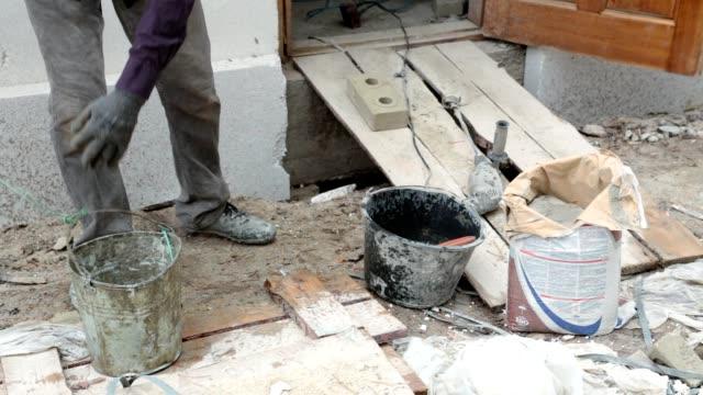 Vorbereitung der Klebstoff in einem Eimer.