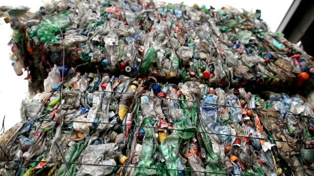 vidéos et rushes de préparation de la bouteille en plastique. ordures pour le recyclage. balles en plastique de déchets à l'usine de traitement des déchets. recyclage séparé et le stockage des ordures pour plus d'élimination, le tri des ordures. entreprise de tri e - conditionnement