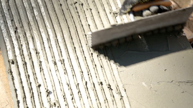 stockvideo's en b-roll-footage met bereiding van de polystyreen voor aan de muur te lijmen. - foam hand