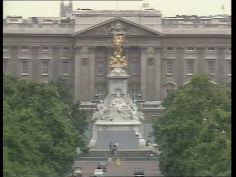 Preparations ENGLAND London Buckingham Palace viewed from The Mall PULL CAS ex ENG ITN 8secs TX MUSIC = Archive tape 87091047 to 1148
