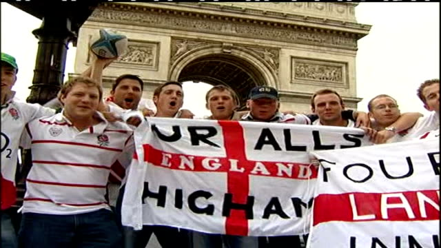 vidéos et rushes de preparations for rugby world cup final; france: paris: central paris: int england rugby union fans holding up england flags in front of arc de... - demi finale