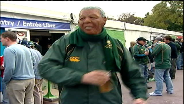vidéos et rushes de preparations for rugby world cup final; stade de france: south africa fan wearing mask representing nelson mandela dancing and drinking beer vox pop... - demi finale