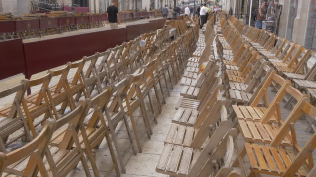 vidéos et rushes de preparations for the brotherhoods procession on calle marques de larios on easter sunday, malaga, andalucia, spain, europe - preparation