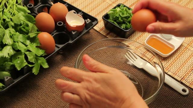 prepare omelet - bordsduk bildbanksvideor och videomaterial från bakom kulisserna