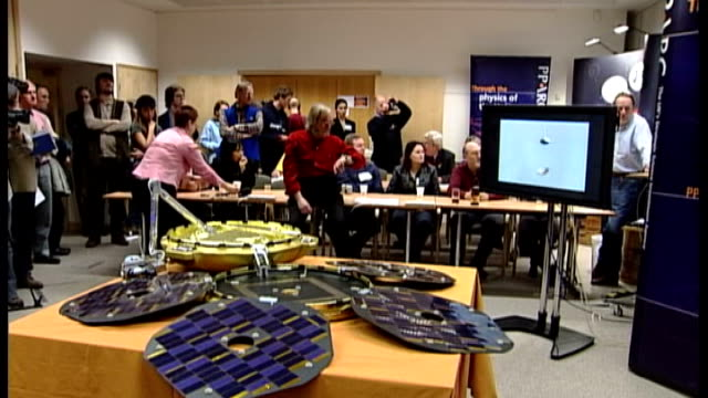 nasa prepares to launch 'curiosity' mars rover professor colin pillinger speaking on telephone during failed beagle 2 mars probe mission sot - 2003 bildbanksvideor och videomaterial från bakom kulisserna