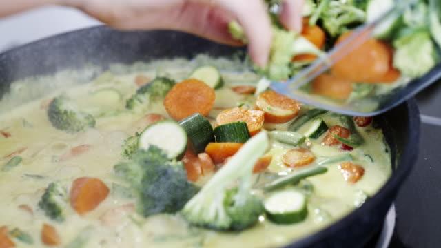 vidéos et rushes de préparation d'un repas copieux rempli d'une variété de légumes - fraîcheur