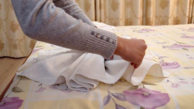 stockvideo's en b-roll-footage met voorbereiding van een hotelkamer voor de gasten, roomservice, voorbereiding van de slaapkamer, een schoonmaakdienst - huishoudelijke dienstverlening