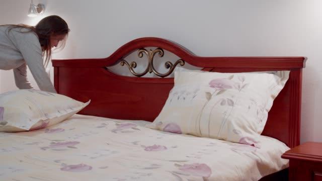 vidéos et rushes de préparation d'une chambre d'hôtel pour les clients, service de chambre, préparation de la chambre, nettoyage d'une femme de chambre - linge de lit