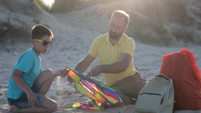 förbereda en drake att flyga - kite toy bildbanksvideor och videomaterial från bakom kulisserna