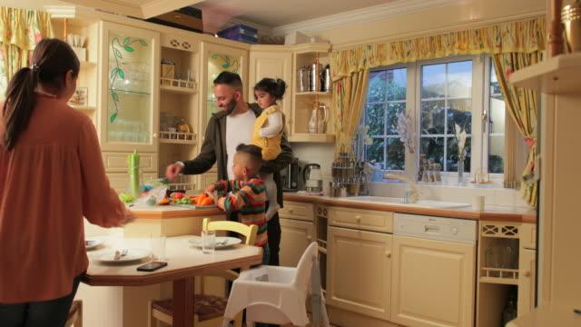 vídeos de stock, filmes e b-roll de preparando uma refeição juntos - sala de café da manhã
