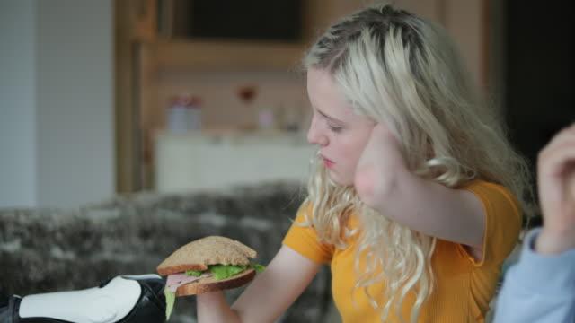 vorbereiten eines sandwiches - amputiert stock-videos und b-roll-filmmaterial