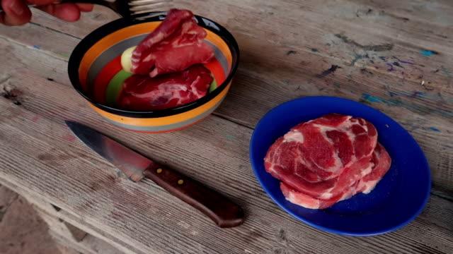 stockvideo's en b-roll-footage met voorbereiding van een steak - stock video - tafelmanieren