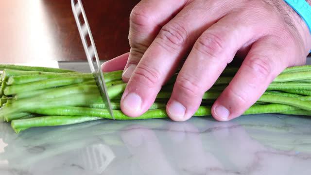 stockvideo's en b-roll-footage met preparing an chinese beans (habichuela) salad - sperzieboon