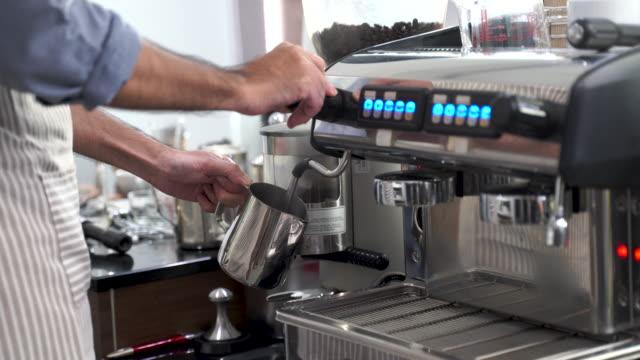 preparing an espresso coffee - カフェイン分子点の映像素材/bロール