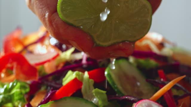 vidéos et rushes de préparation et le mélange de racine fraîche salade de légumes - salade verte