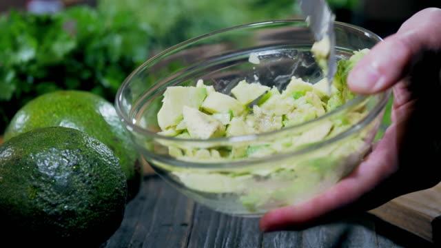 stockvideo's en b-roll-footage met de voorbereiding van avocado - bestek