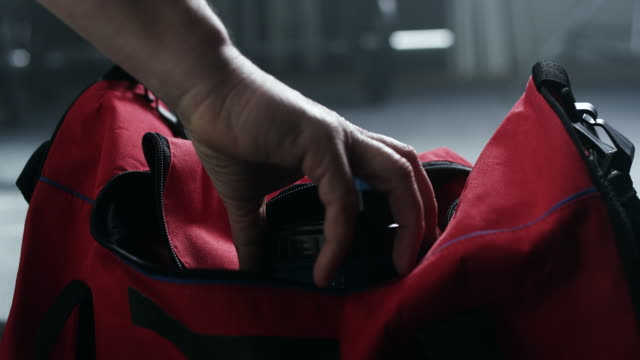 ジムの袋を準備します。 - ボクシンググローブ点の映像素材/bロール