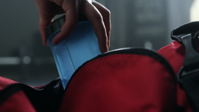 vídeos de stock e filmes b-roll de preparing bag for gym - saco objeto manufaturado