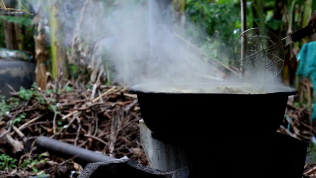 vídeos de stock e filmes b-roll de preparing bamboo shoot boil - rebento de bambu