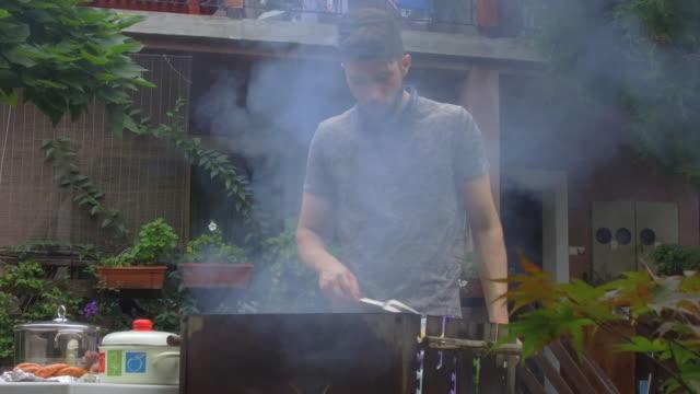 vídeos y material grabado en eventos de stock de preparación de barbacoa - formal garden