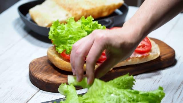 vidéos et rushes de préparation du sandwich blt - sandwich