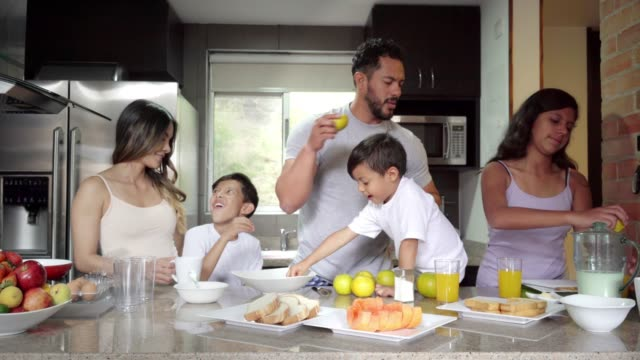 家族全員の助けを借りて朝食を準備する - full length点の映像素材/bロール