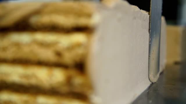 vídeos de stock, filmes e b-roll de preparando o bolo de chocolate, creme de avelã e sorvete de baunilha - comida doce