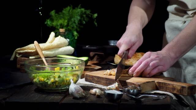 Förbereda kyckling avokado wraps