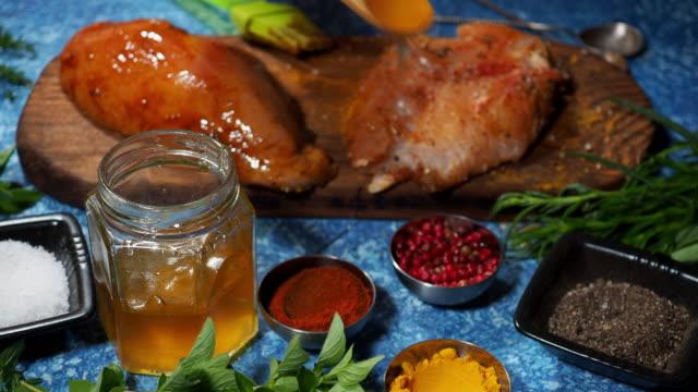 vídeos de stock e filmes b-roll de preparing chicken breast fillet - silício