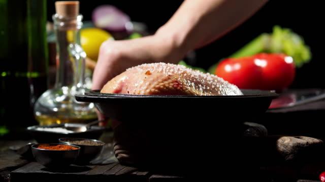 vídeos y material grabado en eventos de stock de preparación pechuga de pollo con aceitunas - especia