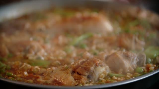 Zubereitung von Paella Huhn mit grünen Bohnen, Erbsen und Paprika