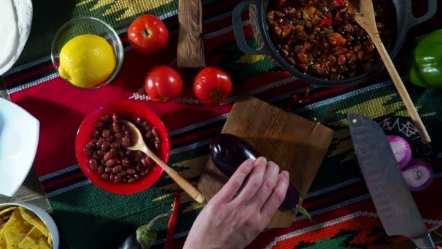 vídeos de stock e filmes b-roll de preparing chili sin carne - pimenta do reino