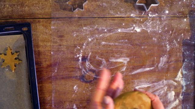 vídeos de stock, filmes e b-roll de preparar o natal cookies na cozinha doméstica - rolo de pastel