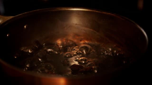 vídeos y material grabado en eventos de stock de preparar salsa de arándano - estereotipo de géneros