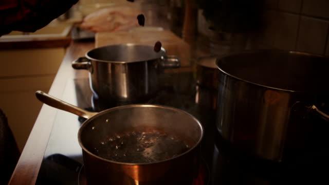 vídeos y material grabado en eventos de stock de preparar salsa de arándano - goose meat