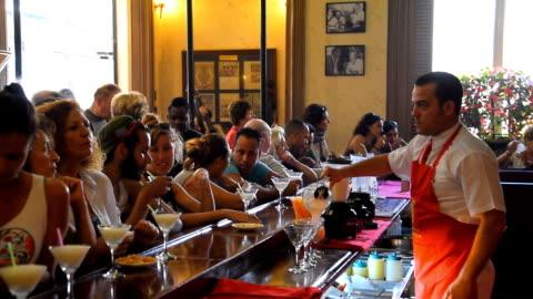 vídeos y material grabado en eventos de stock de preparing daiquiri cocktail in the floridita bar restaurant in havana - cargar