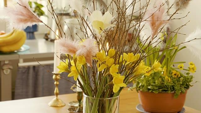 förbereda påsk dekoration - påsk bildbanksvideor och videomaterial från bakom kulisserna
