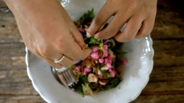 vidéos et rushes de préparation salade de fleurs - salade