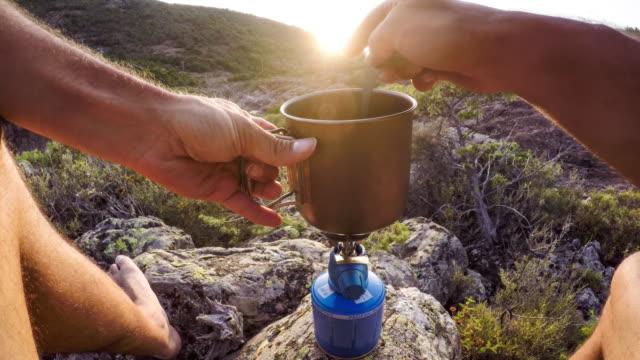 vidéos et rushes de pov: préparer un repas à l'extérieur - camping