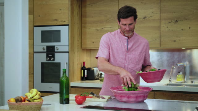 stockvideo's en b-roll-footage met preparing food - aanrecht