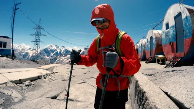förberedelser inför en klätt ring. kaukasus-bergen. kontrol lera utrustning i ett läger - basläger bildbanksvideor och videomaterial från bakom kulisserna