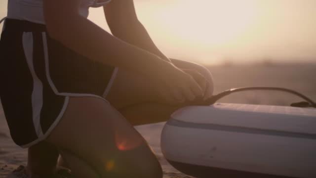 stockvideo's en b-roll-footage met voorbereiding voor een vroege surf. - peddel
