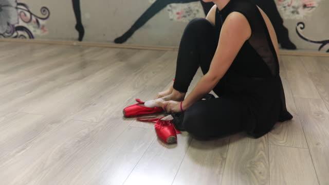 vídeos de stock, filmes e b-roll de preparando-se para a aula de balé - cabelo verde