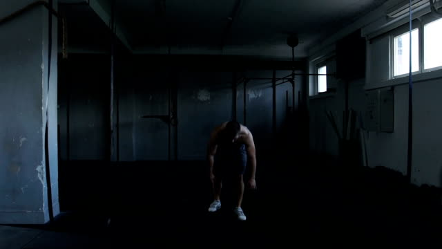 vidéos et rushes de préparation à l'exercice - seulement des jeunes hommes