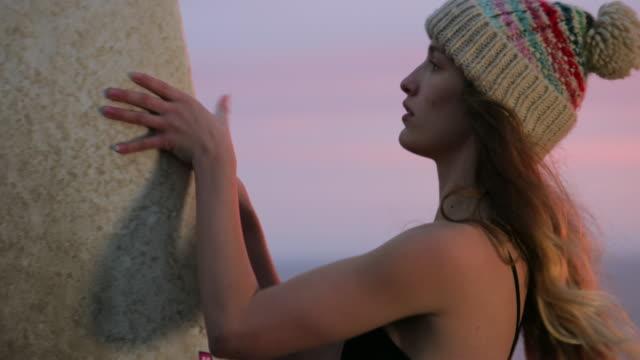 vídeos de stock, filmes e b-roll de preparação para o surf de manhã - sutiã para esportes