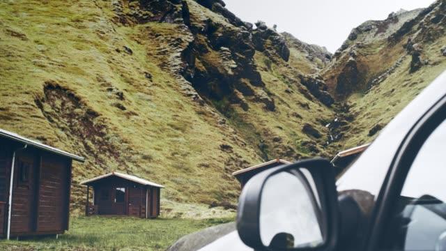 vídeos y material grabado en eventos de stock de preparación para el viaje. suv estacionado en un camping - casita de campo